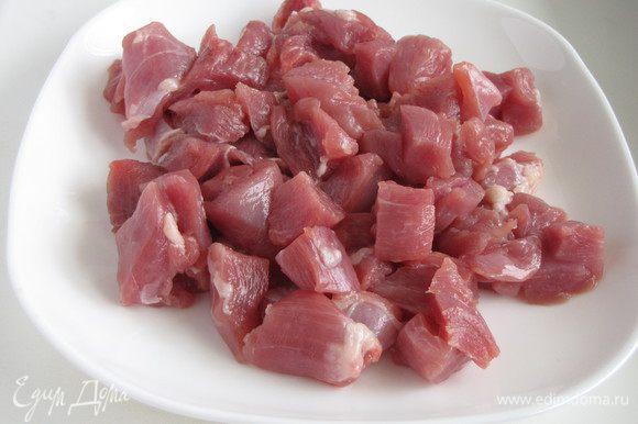 Филе индейки нарезать средними кубиками. Я использую красное мясо индейки.