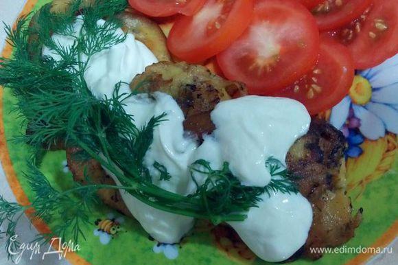 Подавать можно с любым гарниром. Особенно вкусно со сметаной, помидорами, зеленью и молодым картофелем. Очень подойдет соус из сметаны и майонеза с чесночком и специями, зеленью - как для голубцов.