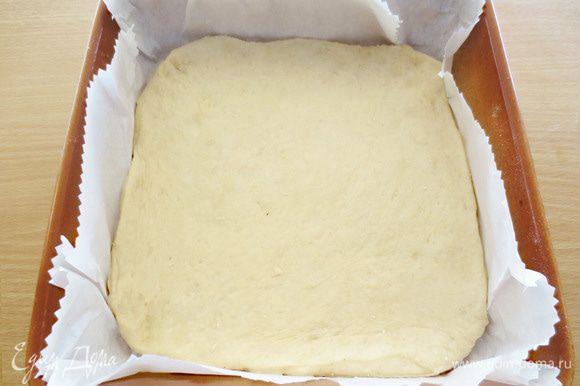 Готовое тесто разделить на 2 части, одна из которых будет чуть больше другой. Если Вы будите использовать прямоугольную форму, а не квадратную как у меня (25 см), то для основы пирога, оставьте теста вдвое больше, чем на вторую часть, которая пойдет на оформление пирога. Из большой части теста раскатать пласт, толщиной 8 мм. Форму застелить бумагой для выпечки и положить на дно формы раскатанный пласт теста.