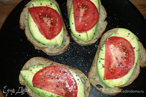Еще, я решила приготовить бутерброды с кусочками спелого авокадо, розовыми помидорами, солью и свежемолотым черным перцем.