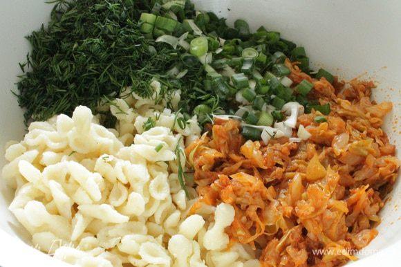 На растительном масле сначала обжарить лук до прозрачности, добавить томатную пасту, перемешать и прогреть 1-2 минуты. Добавить кабачок, обжаривать 5 минут, затем добавить капусту, обжаривать еще минут 10-15, что бы капуста слегка обмякла, остудить. Добавить к макаронам вместе с нарубленной зеленью укропа и лука.