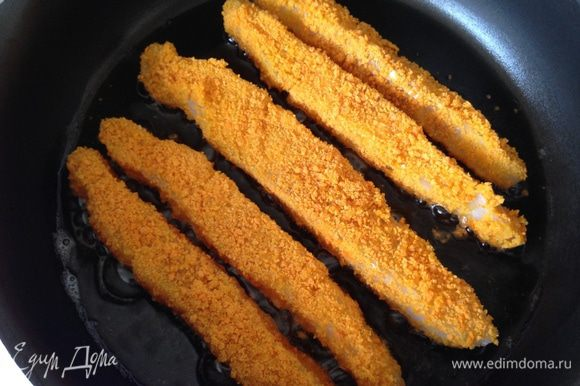 Обжарить нужное количество рыбных палочек в небольшом количестве растительного масла до румяной корочки. Выложить на бумажное полотенце, чтобы избавиться от излишков масла.