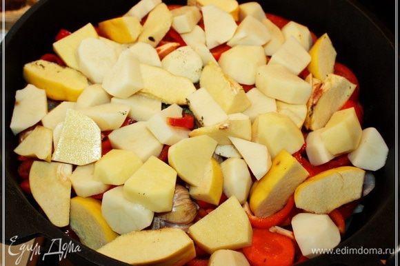 Картошку и айву выкладываем сверху, вперемешку. Я, пользуясь, случаем, напомню, что картошку надо обязательно выкладывать поверх помидоров. В противном случае картошка получится элементарно несъедобной. Не разгрызёте. Можно опять-таки сверху присыпать какими-нибудь травками, зирой…, а посолить стоить непременно.