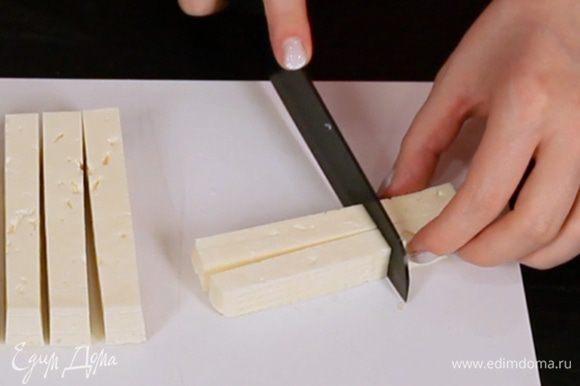 Нарезать брынзу кусочками желаемой формы.