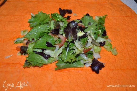 На лист лаваша выложить хорошую горсть салата. Лаваш у меня с томатно-сырным вкусом, вкуса особо не поняла, но цвет радостный.