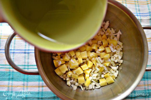 Овощи отварить в небольшом количестве куриного бульона (можно заменить и тем же количеством воды).