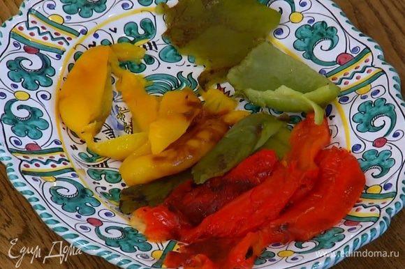 Сладкий перец запечь под грилем, затем поместить в кастрюлю, накрыть крышкой и дать перцу пропотеть, затем очистить от кожицы и семян и нарезать небольшими кусочками.