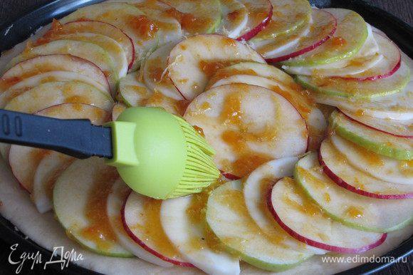 Присыпать пиццу лимонной цедрой и промазать абрикосовым вареньем. Если варенье густое, то его можно немного прогреть.