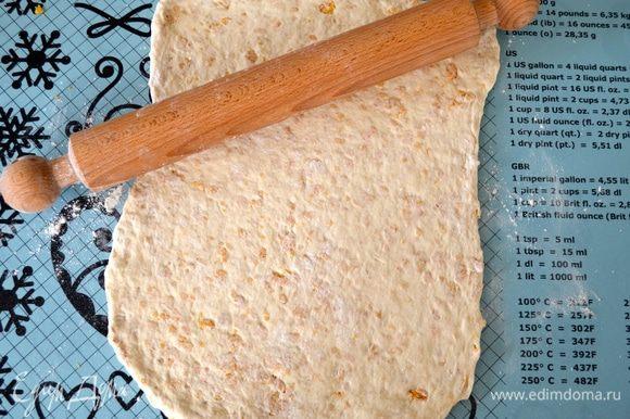 Затем раскатайте его в прямоугольный пласт шириной примерно 1 см.