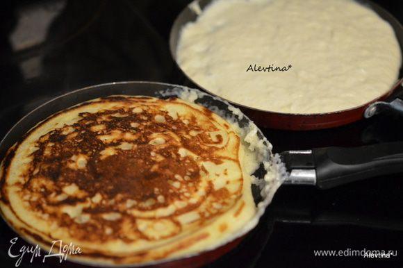 Разогреть сковороду, добавить масло, а затем тесто. Готовим по 2 мин с каждой стороны.