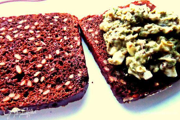 Распределяем намазку на подсушенный в тостере хлеб (это можно сделать прямо на пикнике). Хлеб у меня ржаной с семечками,просто из тостера с маслицем-уже вкусно :)