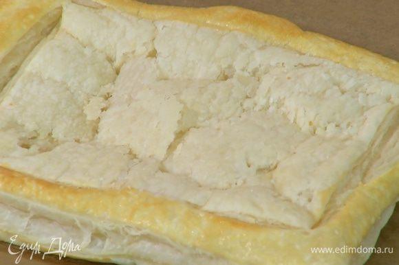 Противень выстелить бумагой для выпечки, выложить тесто, наколоть вилкой и слегка подпечь в разогретой духовке, так чтобы оно не пропеклось до конца, но было хрустящим и воздушным.
