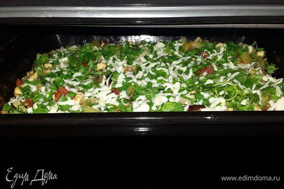 Достать противень из духовки, еще раз перемешать, посыпать зеленью и сыром и снова отправить в духовку до образования румяной корочки.