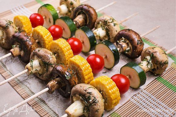 А теперь самое интересное: овощи попеременно нанизываем на шампур. И если для мясного шашлыка я использую квадратные деревянные шампуры, то для овощного лучше выбрать круглые шампуры, потому что на них грибы и овощи нанизываются гораздо легче и не вращаются. Получилось подобие овощного светофора с грибами – выглядит очень по-летнему.