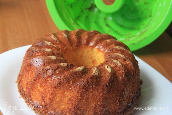 Перевернуть пирог на блюдо, освободить от формы. Дать остыть.