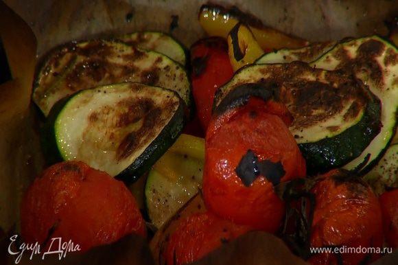 Запекать овощи под грилем 5 минут.