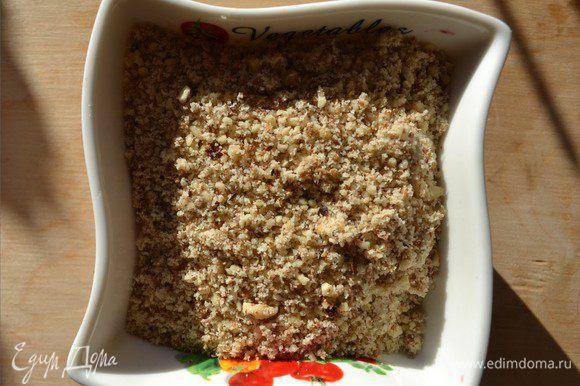 Орехи измельчаем до мелкой крошки (если вам нравятся крупные кусочки орехов, то можно измельчить крупнее).