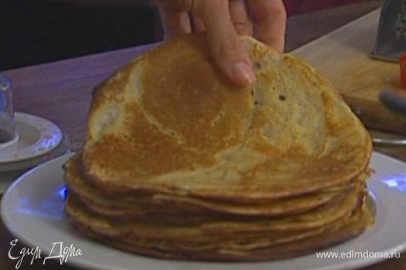 Разогреть в сковороде растительное масло и испечь блины.