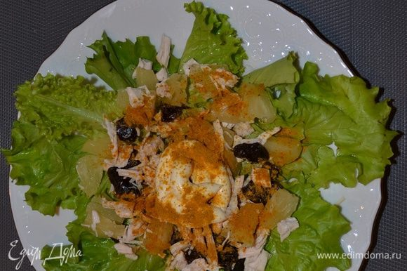 Выложить на тарелку на листья салата ингредиенты, добавить майонез, посыпать карри.