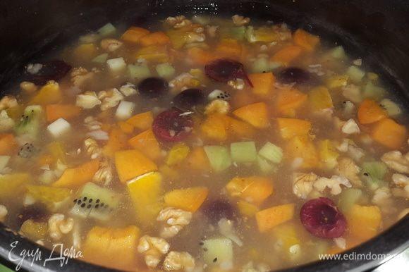 Еще через пять минут отправить в кастрюлю свежие фрукты. Варить пять минут, выключить огонь и дать еще пять минут постоять.
