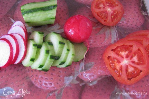 Овощи разрежьте кружочками.