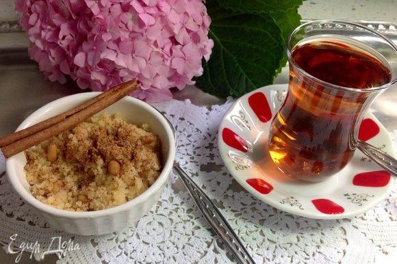 Как подать халву: Оригинальная классическая сервировка (халва великолепно сочетается с корицей - и вкусно и полезно). Положить порцию халвы в небольшую тарелочку, посыпать молотой корицей. Подайте с крепким свежезаваренным чаем. Именно такой вкус у Турции - притарно-сладкий десерт с ярким горьковатым вкусом корицы с терпким послевкусием черного ароматного чая на берегу Босфора...