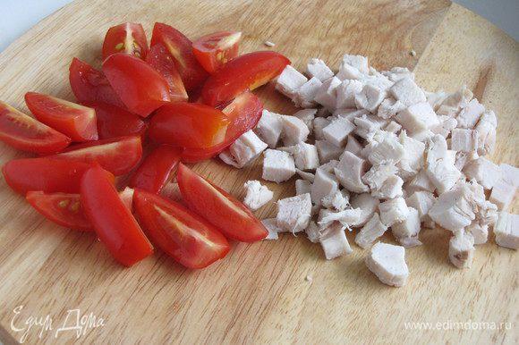 Помидоры черри разрезать на две или четыре части. Куриное филе нарезать мелким кубиком.