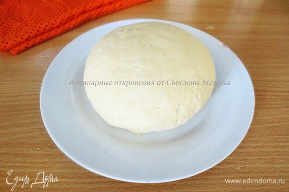Замесить тесто в течении 10 минут. Оно не должно липнуть к рукам. Тесто накрыть и оставить на 30 минут для отдыха.