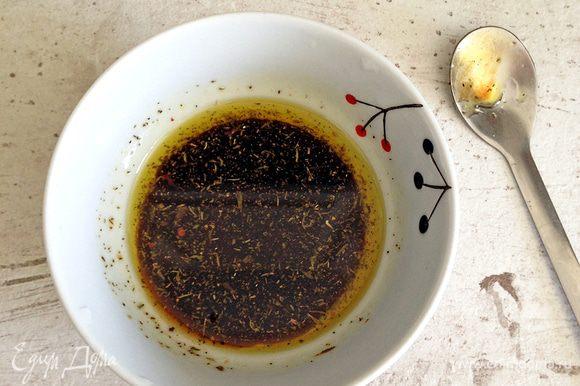 Готовим маринад для свеклы: смешиваем оливковое масло, бальзамик и мед. Добавляем щепотку тимьяна, солим и перчим по вкусу.