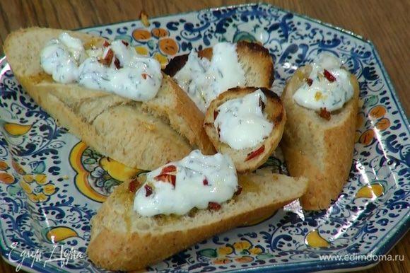 Выложить хлеб на тарелку обжаренной стороной вниз и смазать йогуртовым соусом.