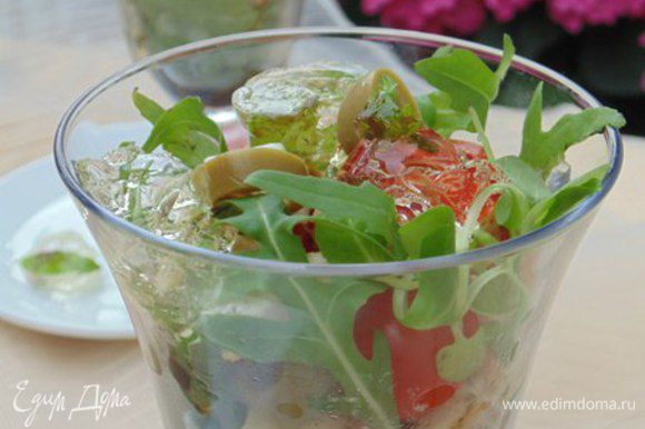 Собрать салат: в бокалы выложить салатные листья (у меня рукола), курицу, оливки, сыр и помидоры, сверху полить заправкой, украсить кусочками винного желе. Приятного аппетита!