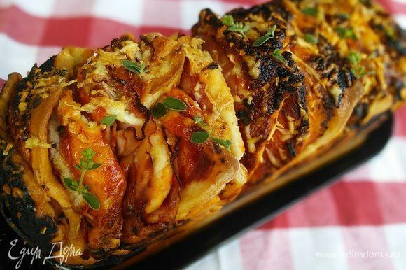 Готовую пиццу сбрызните оливковым маслом, через минут 10 освободите от формы и подавайте.