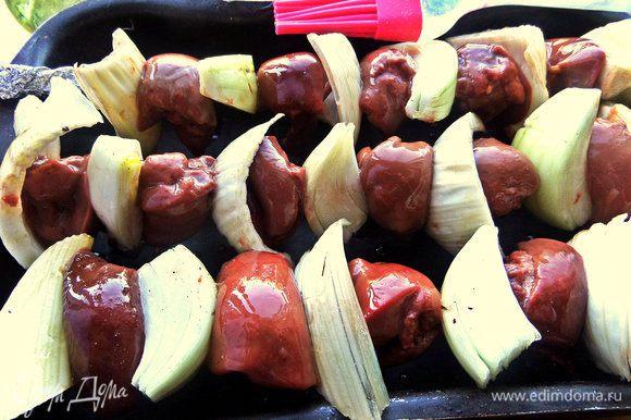 Поставить шашлычки на форму, соответствующую по размеру, смазать растительным маслом со всех сторон.