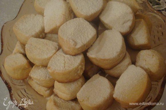 Готовое печенье посыпать щедро сахарной пудрой. Приятного чаепития!