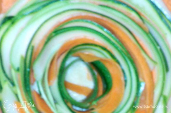 В последнее время полюбила печь в мультиварке - быстро, без неприятных сюрпризов, сама отключается. Взяла чашу мультиварки, смазала дно маслом, присыпала сухарями, выложила тесто, разровняла, сделала бортики. Выложила овощи по кругу начиная от края. Получилась красивая трёх цветная роза.