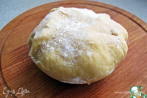 Из муки, мягкого сливочного масла, сахара, ванилина и сметаны замесить тесто. Убрать его в холодильник.