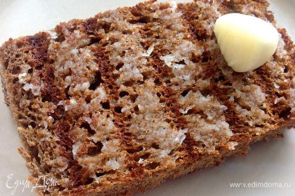 Хлеб поджарить в двустороннем гриле или на сухой сковороде, натереть чесноком и полить чуть оливковым маслом.
