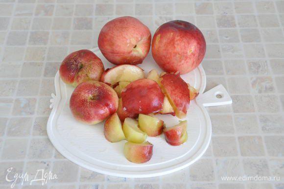 Помыть персики, освободить от косточек (в списке дан вес подготовленных персиков). Нарезать на крупные кусочки.