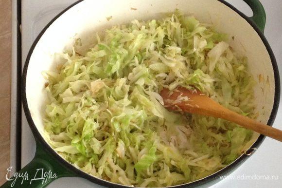 Молодую капусту тонко нашинковать и обжарить на оливковом масле до полуготовности.