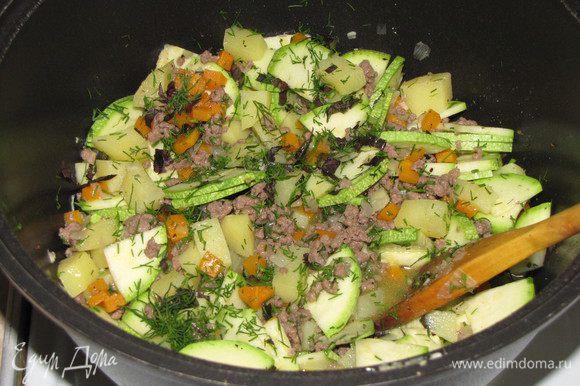 Кабачки нарезать тонкими четвертинками или половинками, выложить в кастрюлю. Добавить мелко нарезанный чеснок, зелень петрушки, укропа и базилика. Все перемешать и тушить еще 15 минут до мягкости кабачков.