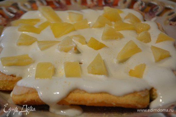 Печенье полить сметаной и уложить кусочки ананасов. Снова печенье, сметана, ананасы. И так пока не закончатся ингредиенты. Убрать в холодильник для пропитки.