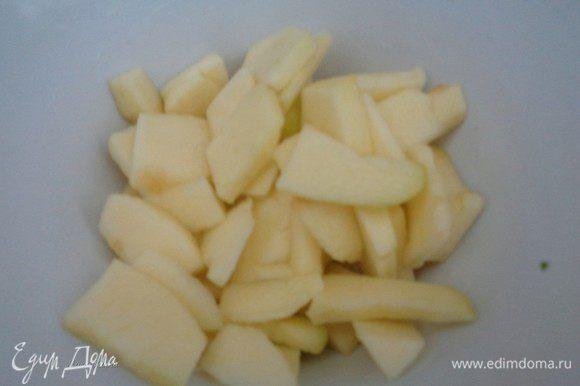 Почистите яблоко. Порежьте пластинками, а затем еще пополам и сбрызните лимонным соком, чтобы оно не потемнело.