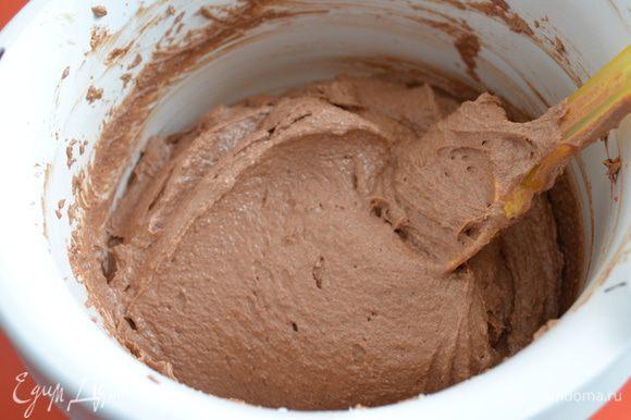 Бисквит: размягченное сливочное масло взбить с сахаром до состояния помадки. Просеять оба вида муки, смешать их и добавить в масляную массу. Перемешивать на средней скорости миксера около 2 минут. Шоколад растопить и добавить в тесто. Постепенное добавлять яйца при постоянной работе миксера. Тесто распределить по противню слоем около 1,5 см. Противень предварительно выложите силиконовым ковриком или пергаментной бумагой. Масса получается нежная, но не растекается . Выпекать 10-12 минут при 170С желательно с конвекцией.