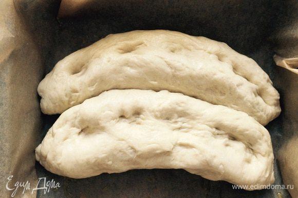 """Когда обе """"сосиски в тесте"""" уложены в форму, делаем пальчиком характерные для фокаччи """"дырочки"""", накрываем влажным полотенцем и оставляем минут на 20."""