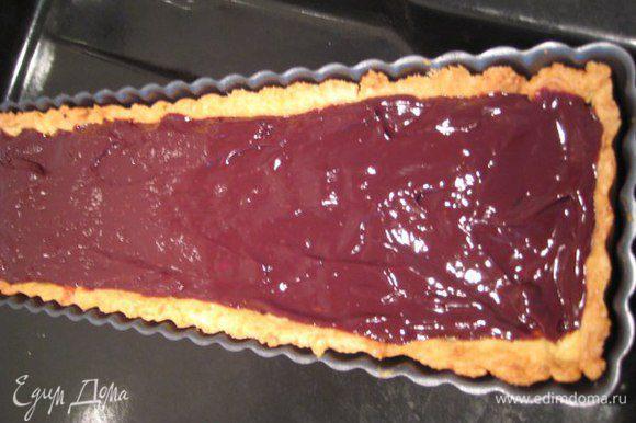 Сливки довести до кипения, залить сливками кусочки шоколада, размешать до однородности, выложить поверх орехов.