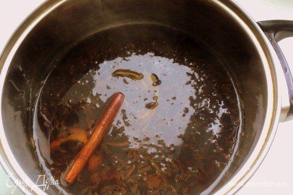 Черный чай (я взяла чай с бергамотом «Эрл Грей»), корицу и цедру ½ лимона залить кипятком и настоять 10-15 минут. Затем процедить.