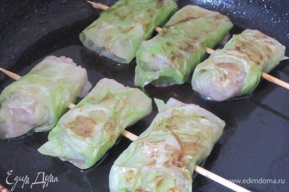 Подлить в сковороду немного капустного отвара, закрыть крышкой. Тушить 10-15 минут.