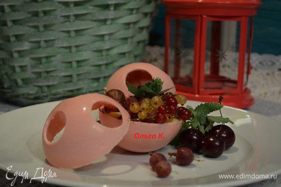 Наполнить полусферы кремом и выложить в них любимые фрукты. Если вы хотите сферы закрыть, то края полусфер провести горячим ножом и тут же соединить. Приятного аппетита!