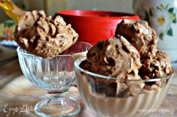 Готовое мороженое разложить по креманкам и украсить по вкусу.