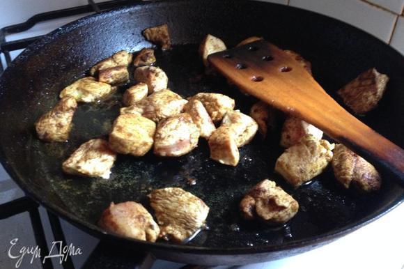 Разогреть сковороду с растительным маслом (1 ст. л.) и обжарить курицу, нарезанную кусочками. Посолить по вкусу. Охладить.